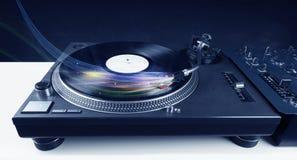 Lettore che gioca musica del vinile con le linee astratte colourful Fotografia Stock Libera da Diritti