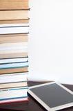 lettore del E-libro e pila di libri fotografia stock libera da diritti