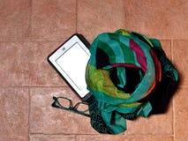 Lettore del libro elettronico con gli occhiali e la sciarpa Fotografia Stock Libera da Diritti