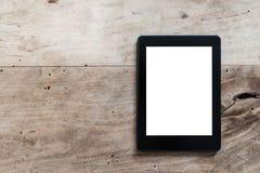 Lettore del libro elettronico o compressa digitale sulla tavola di legno rustica fotografia stock libera da diritti