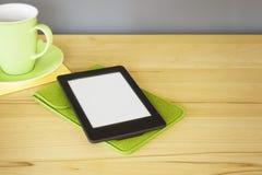 Lettore del libro elettronico su una tavola di legno immagini stock