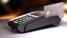 Lettore della carta di credito con la carta passata illustrazione 3D Immagini Stock