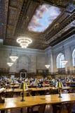 Lettori nella biblioteca pubblica indicativa di New York Immagini Stock Libere da Diritti