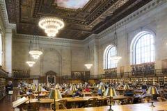 Lettori nella biblioteca pubblica indicativa di New York Fotografie Stock