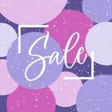 Lettrage artistique de vente dans le cadre sur le fond lumineux avec des cercles dans les couleurs violettes Calligraphie de main Image libre de droits