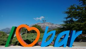 Lettrage décoratif pour le ` de barre d'amour du ` I de touristes sur la côte dans la ville de la barre dans Monténégro Photographie stock libre de droits
