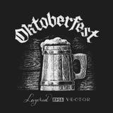 Lettrage d'Oktoberfest avec la tasse de bière en bois Images stock