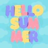 Lettrage de ballon, texte coloré d'été de bonjour Arrondi, semi-transparent, lettres de bulle sur un backgroung de ciel bleu Photo libre de droits