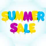 Lettrage de ballon, texte coloré de vente d'été Arrondi, semi-transparent, lettres de bulle sur un ciel bleu avec des nuages Photos stock