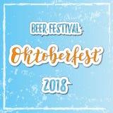Lettrage de calligraphie du festival 2018 de bière d'Oktoberfest dans orange et bleu avec le contour blanc sur le fond texturisé  illustration libre de droits