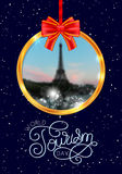 Lettrage de main de jour de tourisme du monde sur Tour Eiffel brouillé de photo, Paris, fond de Frances Image stock