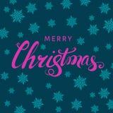 Lettrage de main de rose de Joyeux Noël avec des flocons de neige sur le Ba bleu illustration libre de droits