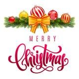Lettrage de main de Joyeux Noël sur le fond de salutation avec des branches et des décorations d'arbre de sapin illustration libre de droits