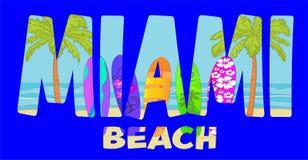 Lettrage de plage de sicoMiami de ¡ de bà de RVB sur le fond coloré de plage avec des palmiers et des planches de surf Carte post illustration libre de droits