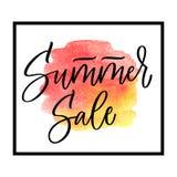 Lettrage de vente d'été sur la tache rouge et jaune d'aquarelle dans le cadre Illustration de vecteur Calligraphie artistique Images libres de droits