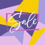 Lettrage de vente dans le cadre sur le fond lumineux dans les couleurs violettes et jaunes Trace sèche de brosse Calligraphie de  Photos stock