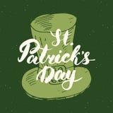 Lettrage heureux de main de carte de voeux de vintage de jour du ` s de St Patrick sur la silhouette de chapeau de lutin, rétro t Image stock