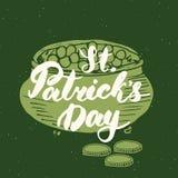 Lettrage heureux de main de carte de voeux de vintage de jour du ` s de St Patrick sur le pot de lutin de la silhouette de pièces Photos libres de droits