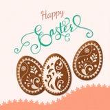 Lettrage heureux de Pâques, pain d'épice sous forme d'oeufs Vacances de ressort, fond de Pâques Photographie stock libre de droits