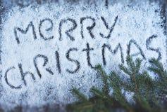 Lettrage tiré par la main de Joyeux Noël avec l'arbre de Noël au-dessus de l'OE Photos stock