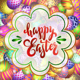 Lettrage tiré par la main Joyeuses Pâques sur le fond avec les oeufs image stock
