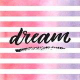 Lettrage tiré par la main rêveur sur des rayures d'aquarelle dans les couleurs violettes et roses Photo libre de droits