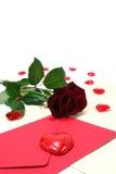 Lettre avec l'enveloppe, les roses rouges et les coeurs rouges Image stock