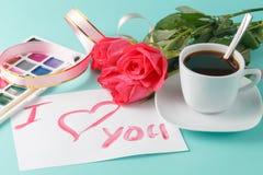Lettre avec la note d'amour, rose de rouge avec des coeurs Photographie stock libre de droits