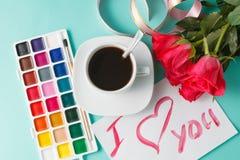 Lettre avec la note d'amour, rose de rouge avec des coeurs Image stock