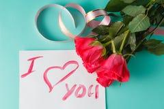 Lettre avec la note d'amour, rose de rouge avec des coeurs Photo libre de droits