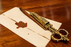 Lettre avec le joint de cire avec des ciseaux pour des lettres d'ouverture photos stock