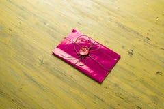 Lettre avec le joint sur la table Photographie stock libre de droits