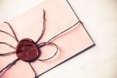 Lettre avec le joint sur la table Photographie stock