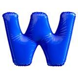 Lettre bleue W faite de ballon gonflable d'isolement sur le fond blanc Images libres de droits