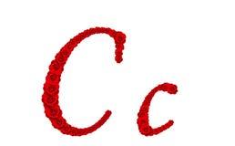 Lettre C et c d'alphabet faits à partir des fleurs de rose de rouge d'isolement sur le fond blanc Photo stock