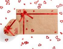 Lettre, cadeau et coeurs d'amour pour le jour de valentines Photographie stock
