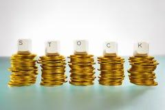 Lettre COURANTE sur la pile de pièces d'or Image stock