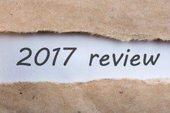lettre découverte 2017 par examens de papier brun Heure de récapituler et prévoir des buts pour l'année prochaine Fond d'affaires Photos stock