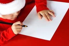 Lettre d'écriture d'enfant d'aide de Noël à Santa Cla Photographie stock