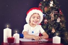 Lettre d'écriture de garçon de Noël à Santa Image libre de droits