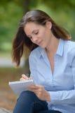 Lettre d'écriture en parc Photo stock