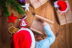 Lettre d'écriture d'enfant à Santa Claus pour Noël Photographie stock