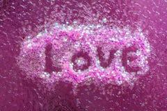 Lettre d'amour écrite sur l'autocollant d'art de clou sur le fond rose Photos stock