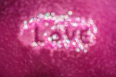 Lettre d'amour écrite sur l'autocollant d'art de clou sur le fond rose Photo libre de droits