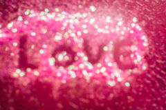 Lettre d'amour écrite sur l'autocollant d'art de clou sur le fond rose Image libre de droits