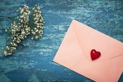 Lettre d'amour avec des fleurs. Image libre de droits
