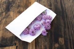 Lettre d'amour avec des fleurs sur le fond en bois rustique Photo libre de droits