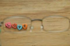 Lettre d'amour avec la forme de coeur regardant par le monocle Photos libres de droits