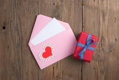 Lettre d'amour avec le cadeau Photographie stock libre de droits