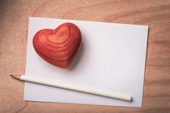 Lettre d'amour avec le crayon et le cerf en bois Photos stock